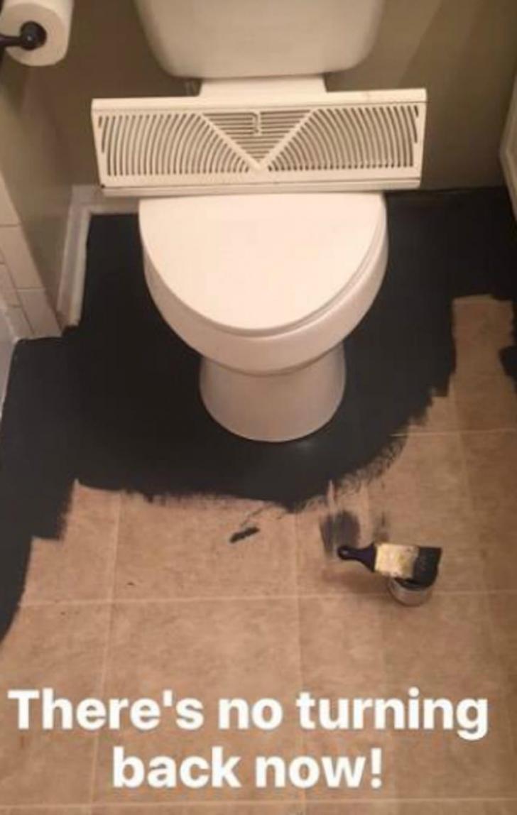 """A scăpat vopsea neagră pe gresia din baie. Cum a rezolvat situaţia e UIMITOR. A """"ieşit"""" un mozaic"""