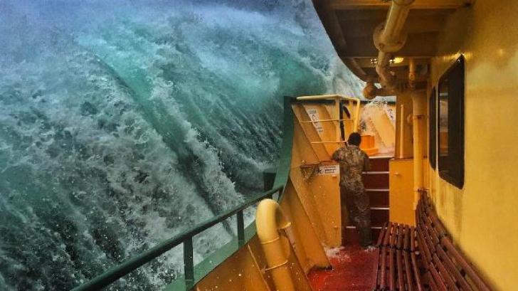 A facut cateva fotografii in timpul unei furtuni pe mare, iar rezultatul face inconjurul lumii