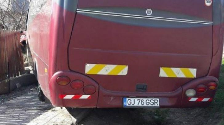 Un autocar cu 30 de pasageri a intrat într-un șanț, la Bunești, Vâlcea