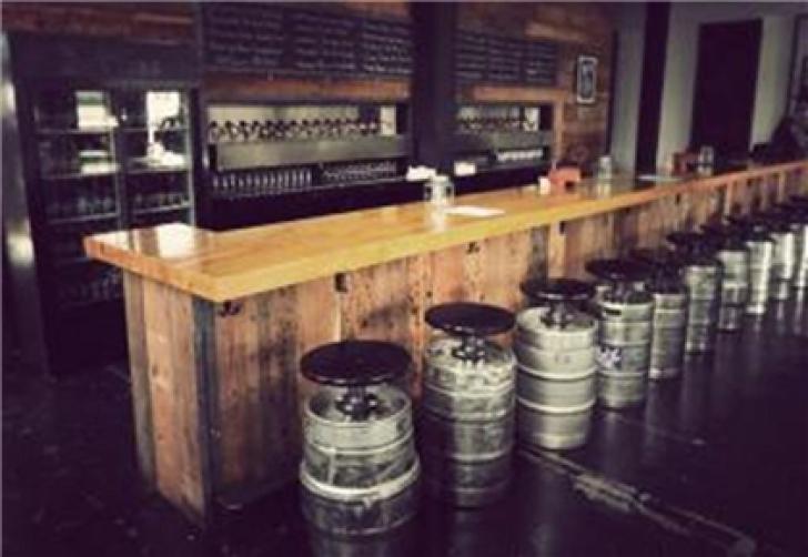 Au cumpărat un bar vechi şi urma să-l renoveze. Au deschis trapa şi au înlemnit