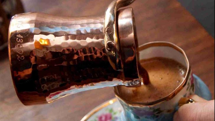 Toarnă o linguriță de apă rece în cafeaua proaspătă și așteaptă 30 de secunde. Efectul e uimitor