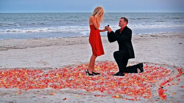 De ce se aşează bărbatul în genunchi în faţa femeii atunci când o cere în căsătorie