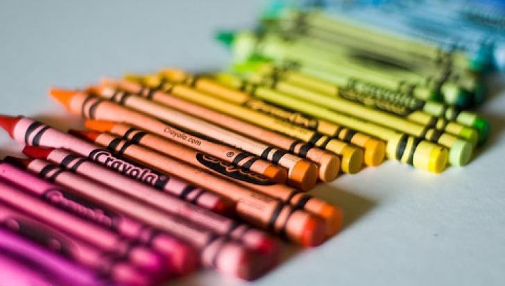 Veste tristă pentru copiii care folosesc creioane colorate de ceară