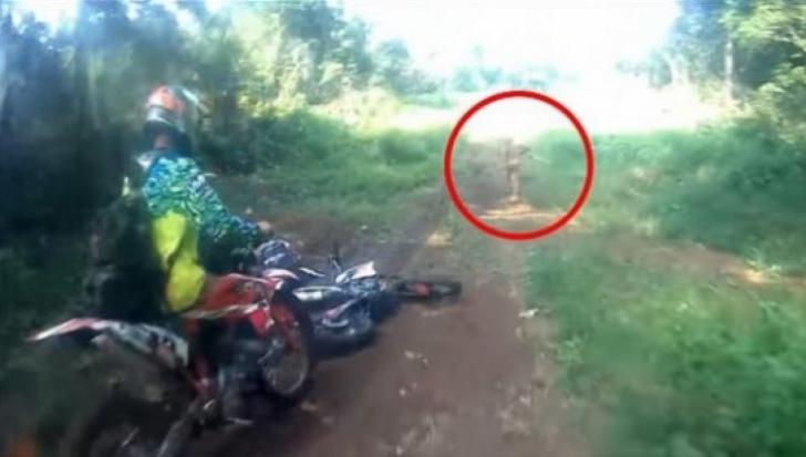 Se plimbau cu motocicletele, când au dat peste o fiinţă ciudată. Au luat-o pe urmele ei şi ŞOC!