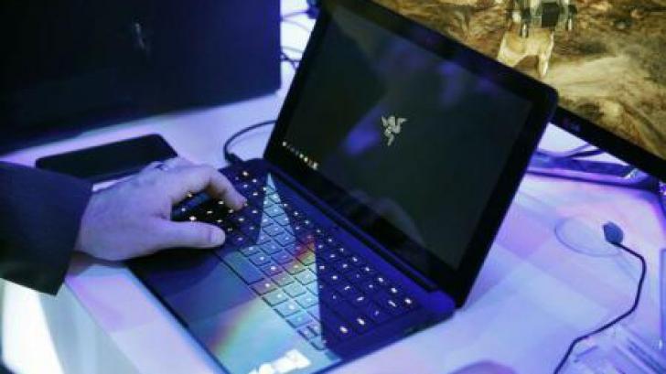 """IATA: Interzicerea laptop-urilor la bordul avioanelor este """"inacceptabilă"""""""