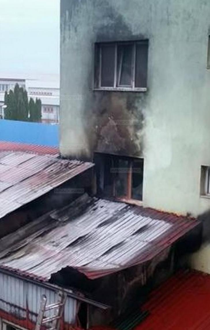 BLOC EVACUAT, la Arad, după ce s-a aprins de la un incendiu din vecinătate / Foto: aradon.ro