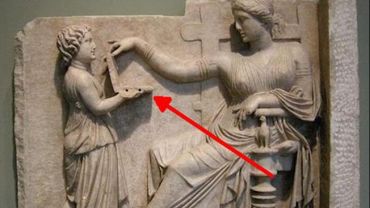 """Descoperire incredibilă! Statuia antică grecească care ţine un """"laptop"""" în mâini"""
