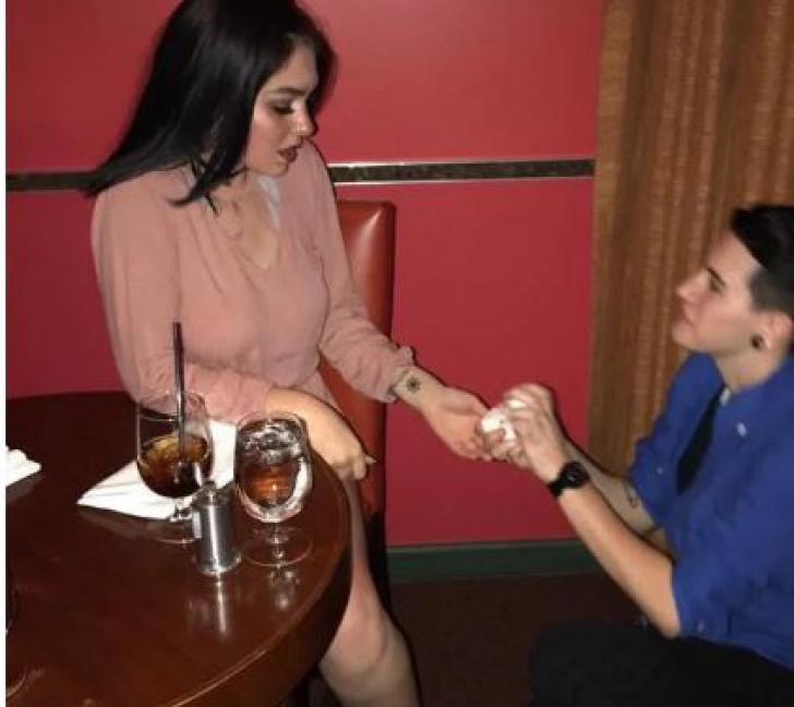 Imagini uluitoare. S-au prefăcut că se logodesc în restaurant ca să primească desert gratis