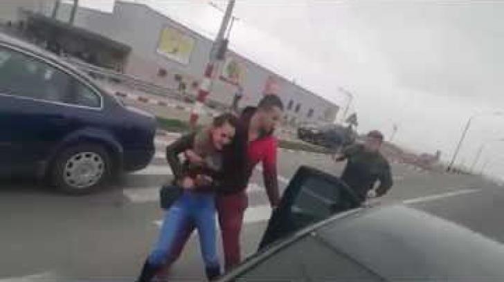 Fiul unui afacerist şi-a bătut iubita în plină stradă, în timp ce împărţea invitaţii de botez