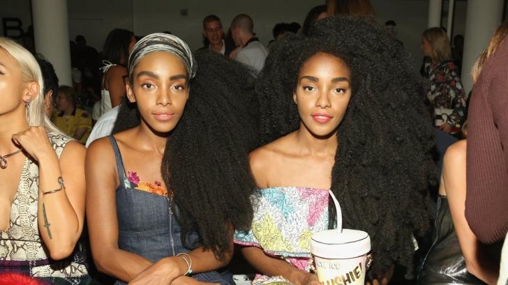 Au devenit faimoase datorită podoabei capilare!Surorile gemene care s-au născut cu un păr neobişnuit