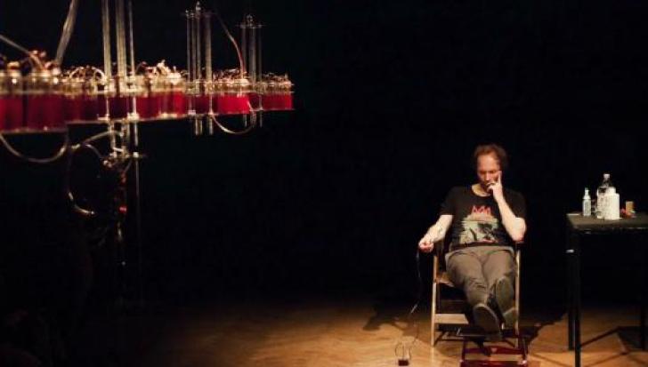 Senzaţional! Un artist alimentează instrumentele muzicale cu propriul sânge