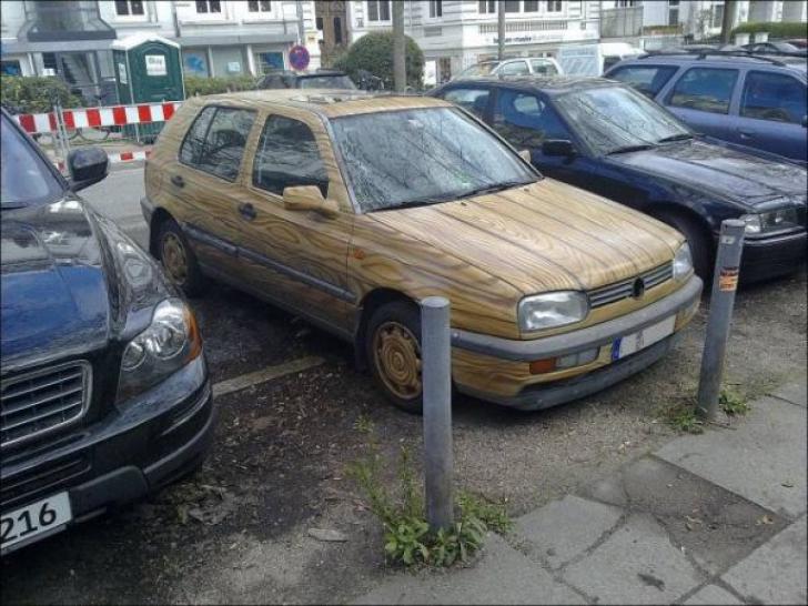 Au văzut în parcare un Volkswagen fabricat din LEMN. Este cel mai ciudat Golf apărut pe străzi