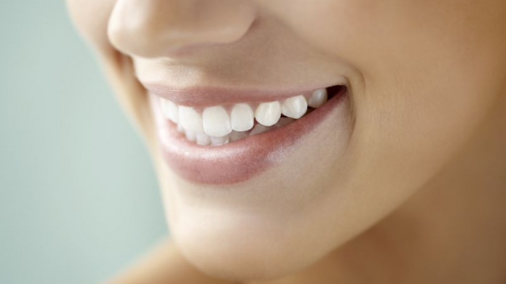 Vrei un zâmbet curat şi strălucitor? Iată care sunt băuturile de care trebuie să te fereşti