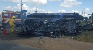 Cel puţin 20 de ELEVI au murit, după ce microbuzul şcolar a intrat într-un camion şi a explodat