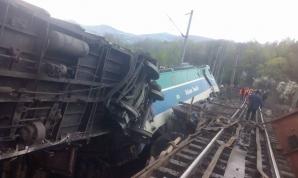 Trenul a intrat cu viteză pe un pod