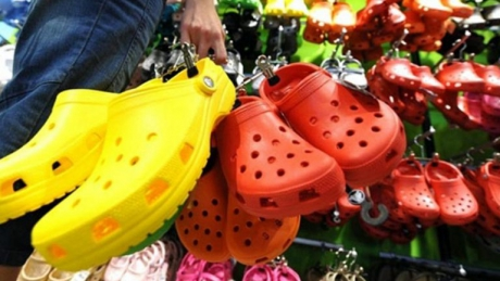 Ai acest tip de papuci de plastic? Aruncă-i imediat! Motivul te va şoca