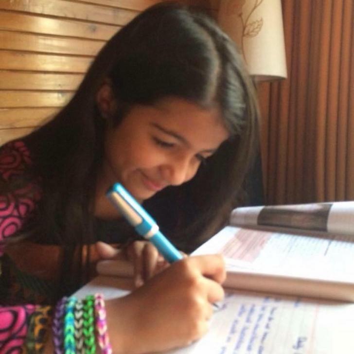 O fetiţă de 13 ani citeşte o CARTE din fiecare ţară a lumii. Ce cărţi din România sunt pe listă