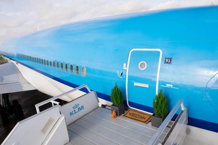 Au descoperit un banal avion, retras într-un hangar.S-au înşelat.Au urcat în el şi.. ŞOC ce au găsit