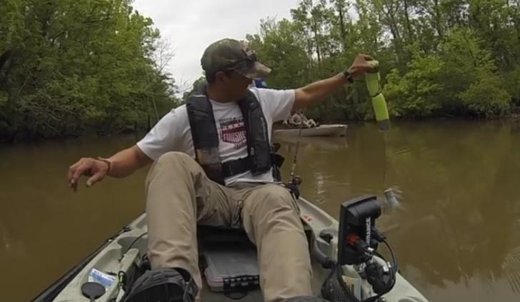 A mers la pescuit cu bărcuţa lui. A scos undiţa din apă, iar ce era în cârlig l-a ÎNGROZIT. A fugit