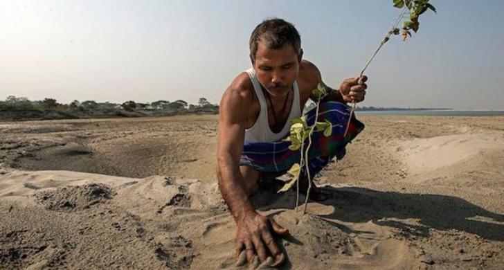Acest om a găsit pe malul apei șerpi morți. După aceea, a ajuns să schimbe chipul planetei