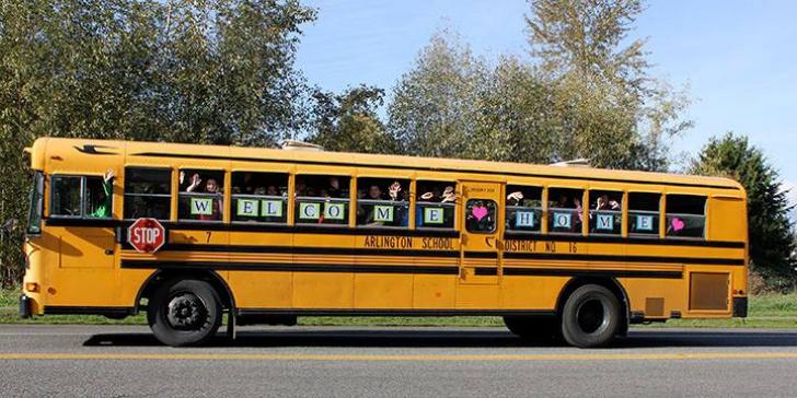 Bunicuţa făcea zilnic cu mâna elevilor din autobuz. Femeia n-a mai venit la geam.Au căutat-o, dar...