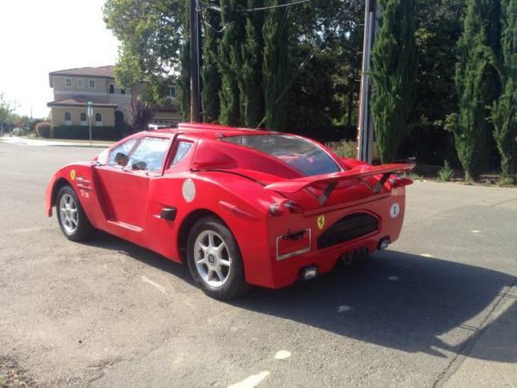 Au crezut că e un Ferrari. S-au apropiat de maşină însă şi au ÎNGHEŢAT când au văzut ce marcă e