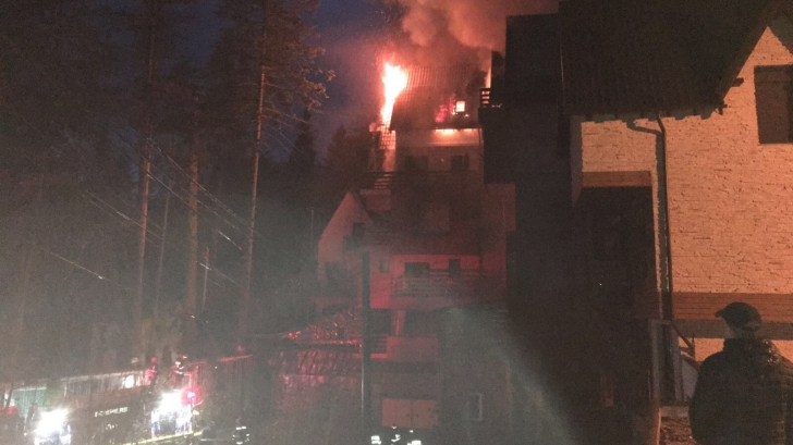 Incendiu puternic la un hotel din Sinaia. 50 de persoane evacuate