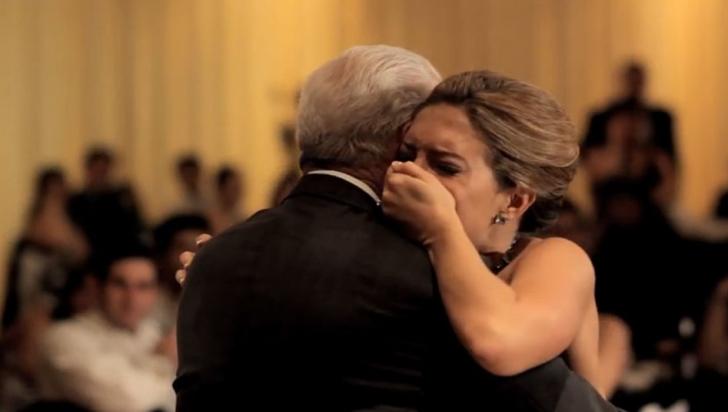 Tatăl ei a murit înaintea căsătoriei. La nuntă, fratele i-a spus: uită-te în spatele tău! S-a albit