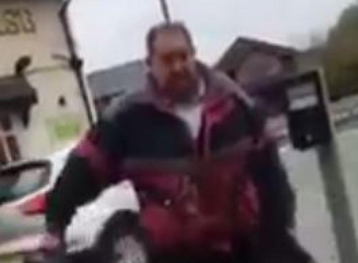 """Trecătorii, uluiți. Ce animal a scos la plimbare pe stradă acest bărbat. """"Îl ducea ca pe un câine"""""""