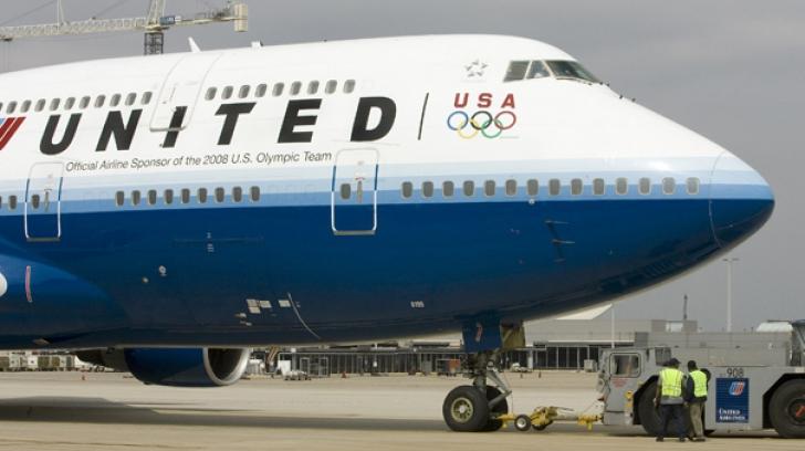 United Airlinies își despăgubește clientul scos cu forța de pe locul lui