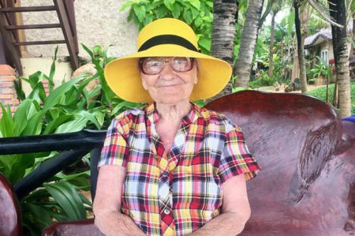 Ea e cea mai COOL bătrânică - e din Siberia şi a VISAT să serbeze 90 de ani în Republica Dominicană