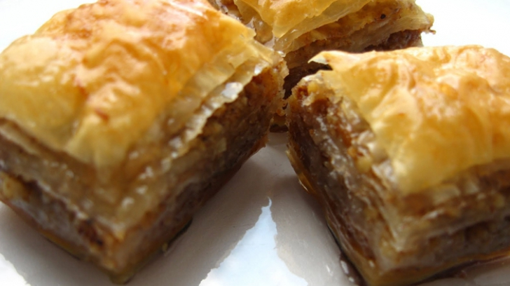 Cum se prepară cea mai delicioasă baclava, desertul favorit al turcilor. Bună de te lingi pe degete!