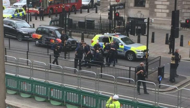 Un bărbat a fost arestat la Londra. Avea mai multe cuţite în rucsac. Ar fi plănuit un atac terorist