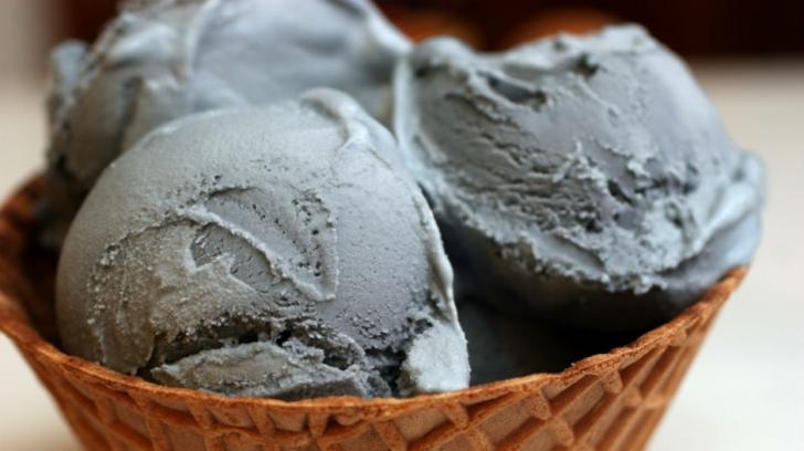 Înghețata neagră - cel mai la modă capriciu pentru cei cu gusturi morbide. Ai mânca așa ceva?