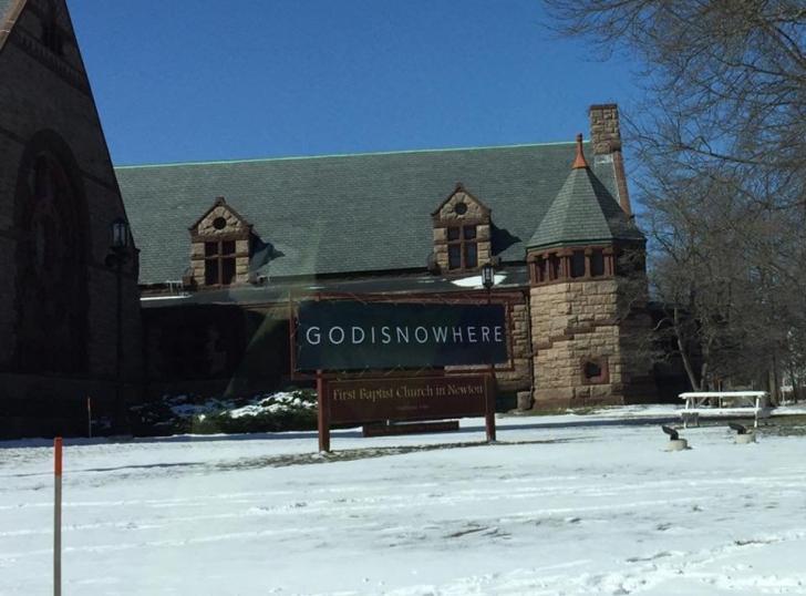GAFA unei biserici amuză internetul. Cum susţine ATEISMUL