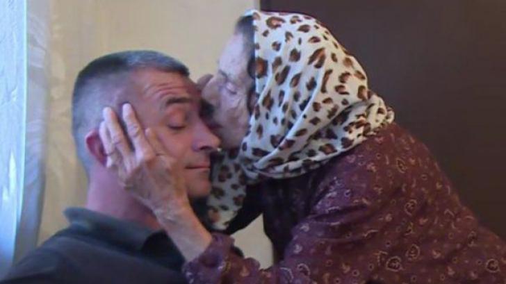 Cel mai bizar tratament din lume! Ce face o bătrână din Bosnia pentru a scoate praful din ochi