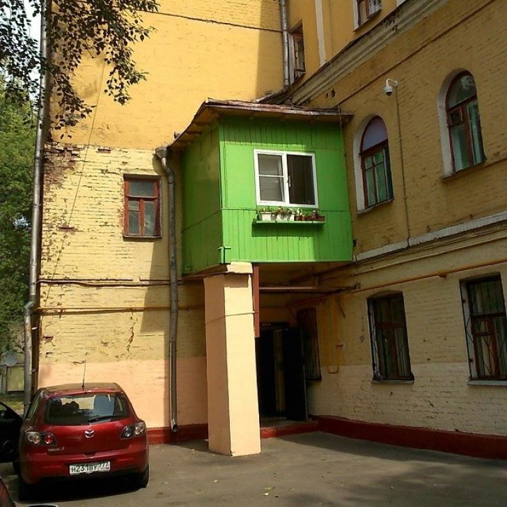 Nu i-a mai ajuns apartamentul. Cum și-a construit vecinul un castel...la bloc