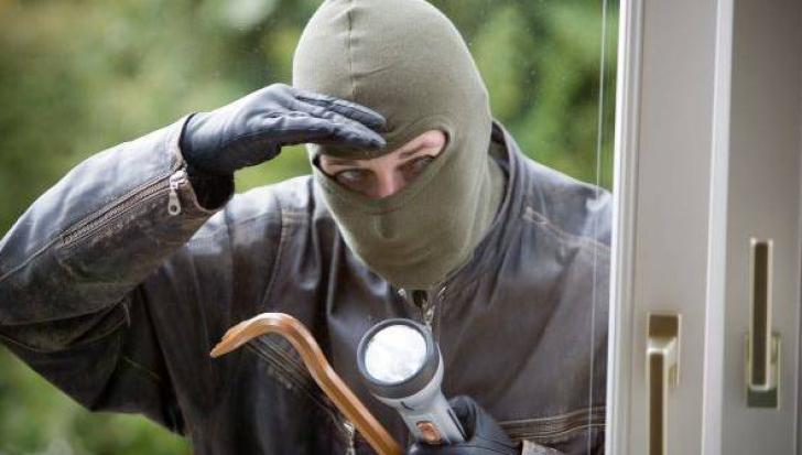 Lovitură fabuloasă pentru un hoţ, în Deva. Ce-a găsit în casă - a intrat folosind o şurubelniţă