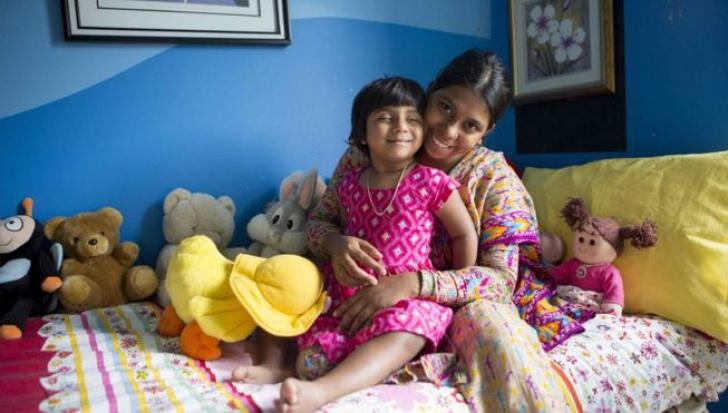 Fata cu trei picioare a fost operată cu succes. Rezultatele sunt peste așteptările chirurgilor