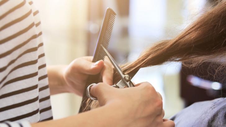A trecut pragul unui salon cu renume, dar rezultatul a ŞOCAT-O! Ce i-a făcut hairstylist-ul