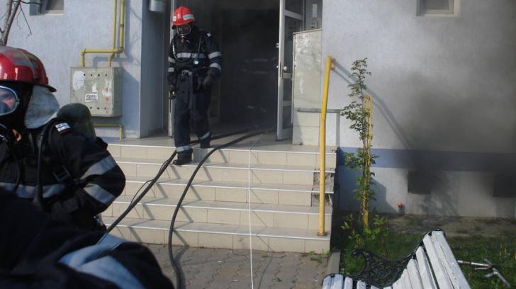 Panică în Brăila! Locatarii unui bloc, evacuaţi de urgenţă în urma unui incendiu provocat