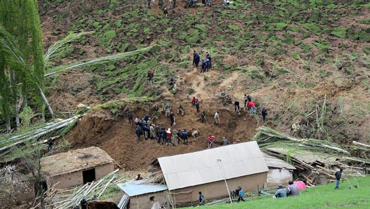 Tragedie în Kârgâzstan. Zeci de oameni îngropați de vii într-o alunecare de teren
