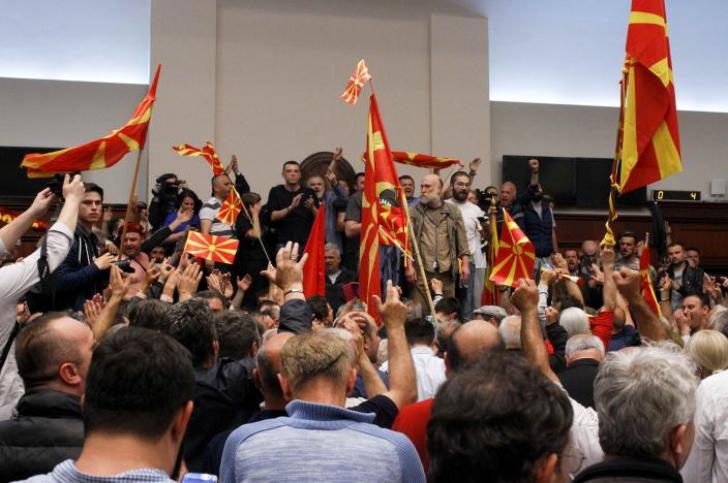 Parlamentul din Macedonia, invadat de protestatari! Liderul partidului social democrat a fost rănit