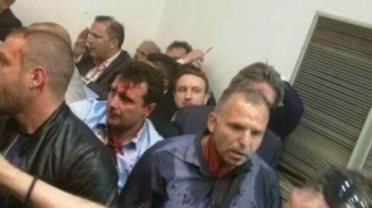 Macedonia, după bătai din Parlament: peste 100 de răniţi la Skopje