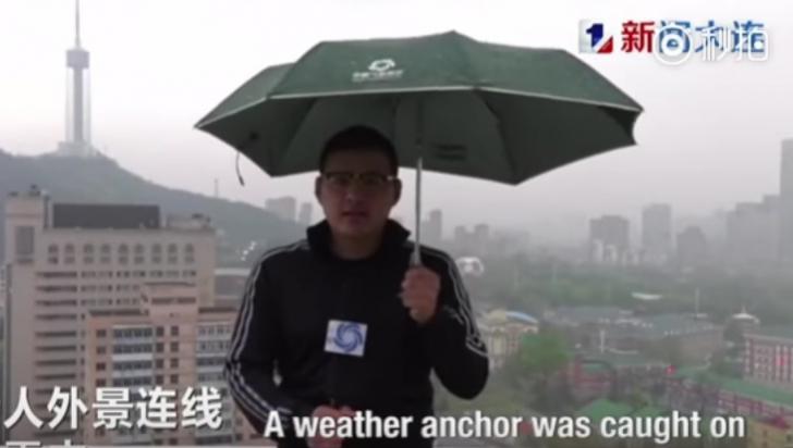 Moment de COŞMAR pentru un reporter, în timpul unei transmisiuni LIVE: a fost lovit de fulger