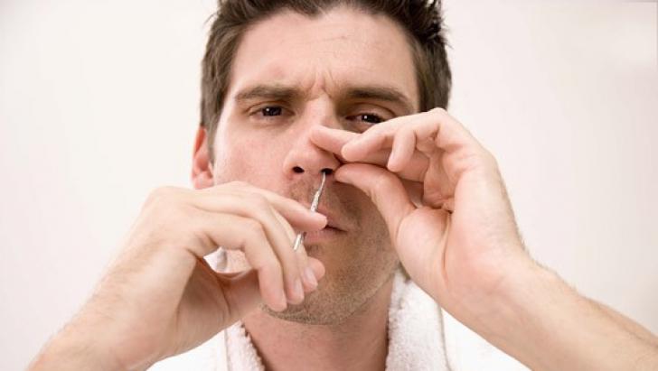Nu îţi mai smulge niciodată părul din nas! Iată ce poţi păţi: E mai rău decât îţi imaginezi