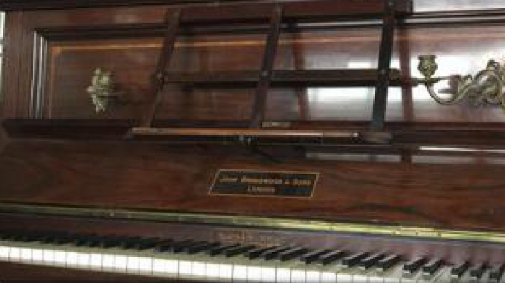 Viața bate filmul. Ce a găsit un bărbat sub clapele unui pian vechi de sute de ani