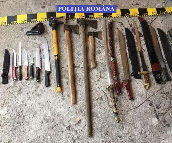 Poliţia a găsit 8 săbii, 7 cuţite, 4 topoare, un pistol, după percheziţii. Ce mai ascundeau, de fapt