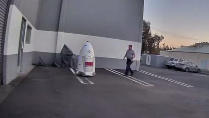 Starea de ebrietate l-a determinat să hărțuiască un robot. După aceea, i-a părut extrem de rău