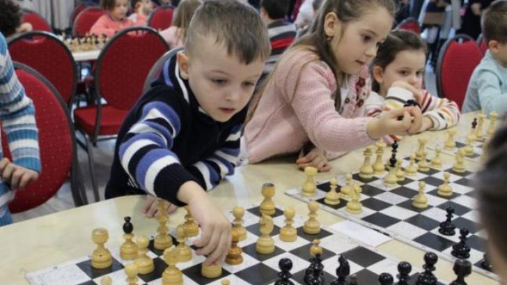 O familie de sirieni, venită la Campionatul Mondial Şcolar de Şah de la Iaşi, este de negăsit
